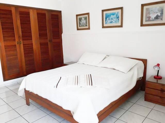 Amplio armario para la ropa. Habitación impecablemente limpia y bien ventilada.