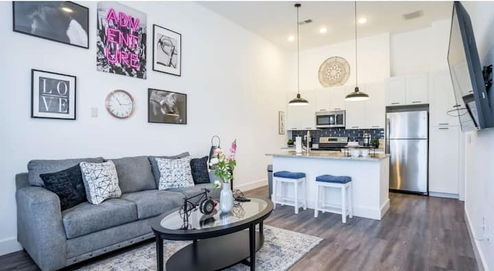 Luxury Condo in the Heart of Downtown/Free Parking