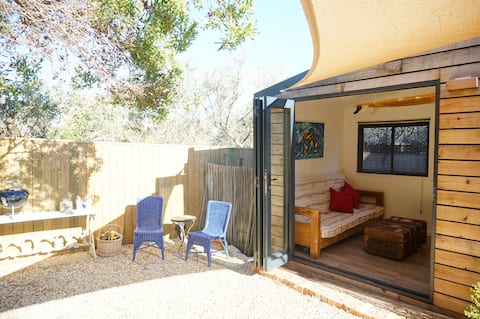 Tiny house, Scarborough, only steps from beach.