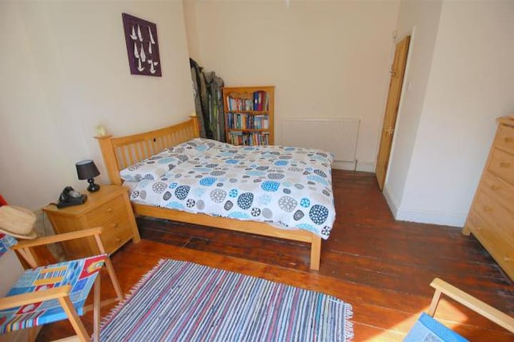 Spacious bedroom near city centre & university