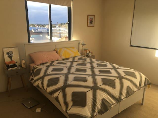 Bright Leichhardt Apartment, 20 mins to CBD - Leichhardt - Apartemen