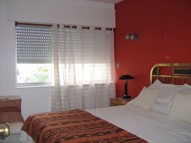 Dormitorio con sommier que da para la terraza