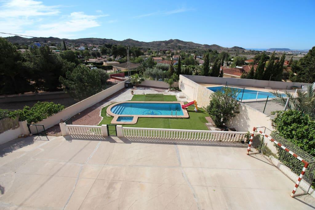 Gran piscina para adultos y niños
