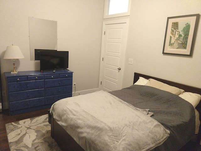 Private bedroom/bath close to downtown & dining