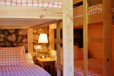 Comabona: Habitacion en el PN Cadí-Moixeró - Bagà - Bed & Breakfast
