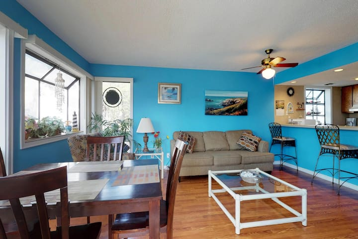 Cozy condo w/ 2 shared pools, hot tub, tennis, & more - walk to beach & dining!