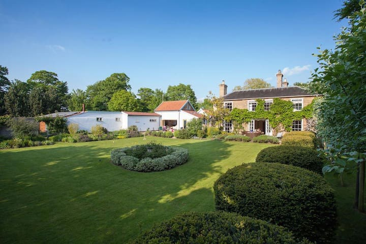 Secluded country house gem with swimming pool & tennis court