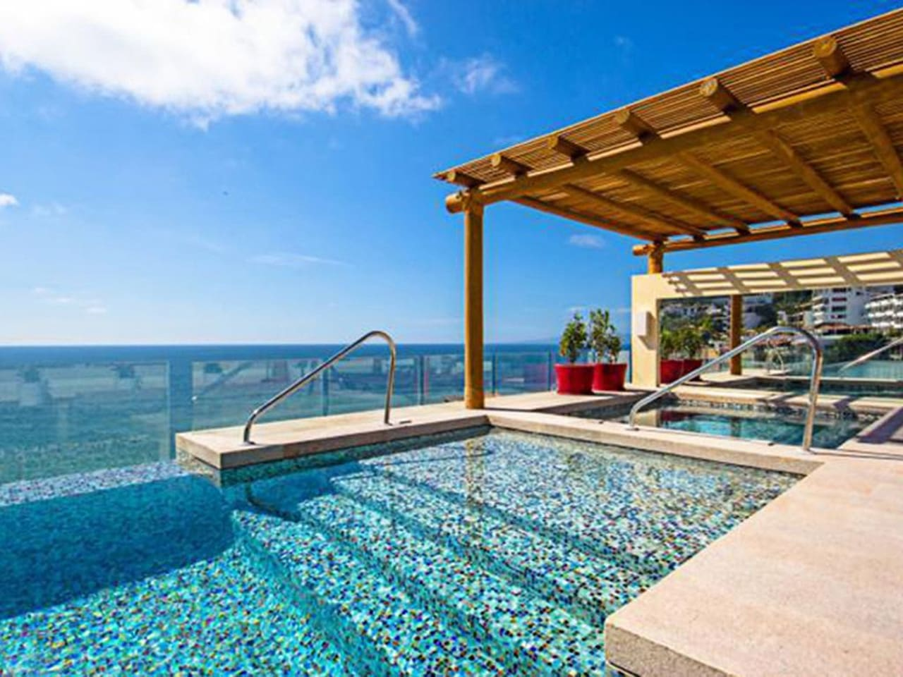 Rooftop pool, hot tub, bar, grill, gym w seaview and 360 degree panoramas overlooking the beach