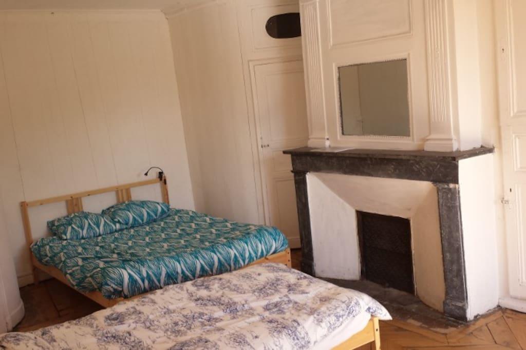 Quatre lits, cinq places dans la chambre Bergeronnette et une salle de douche wc.