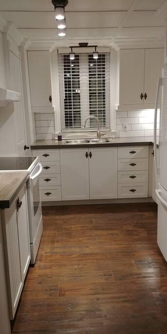 Cuisine (avec tous les équipements pour cuisiner, vaisselles, ustensiles chaudrons, grille-pain, bouilloire, cafetière, etc.)