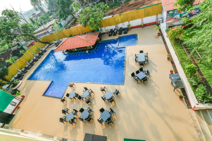 Charming 2 BHK for 6 with a swim-up bar/70872