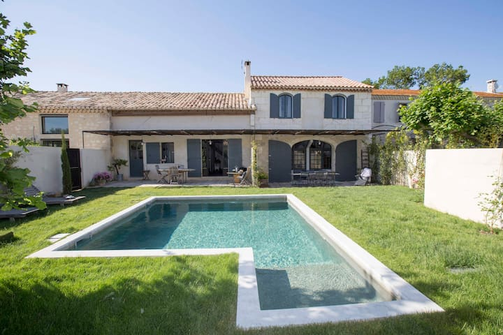 Typical Provencal Mas with pool shared in Paradou in the Alpilles - sleeps 6.