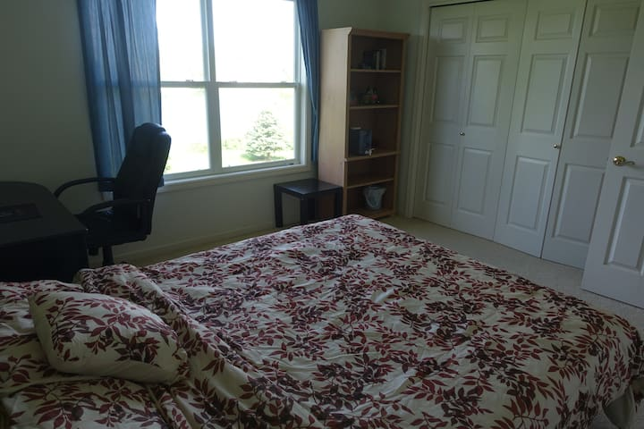 Quiet pond view room - West Lafayette - Hus
