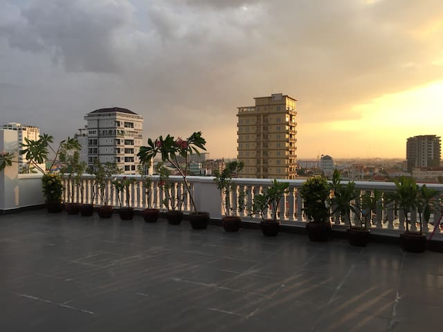 Hardwood Floor Two Bedroom apartment with balcony - Phnom Penh - Lejlighed