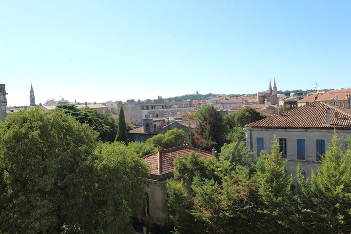 Studio avec belle vue sur Nîmes et parking ombragé