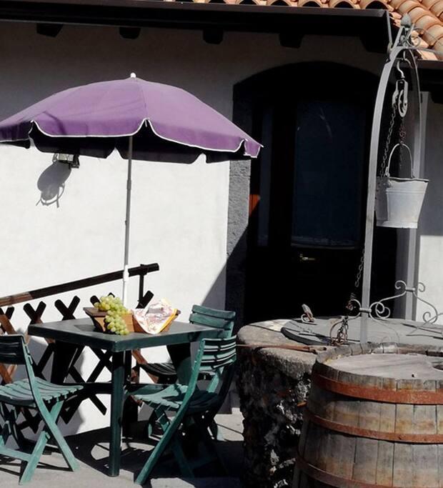 tavolo all'aperto per fare colazione baciati dal sole
