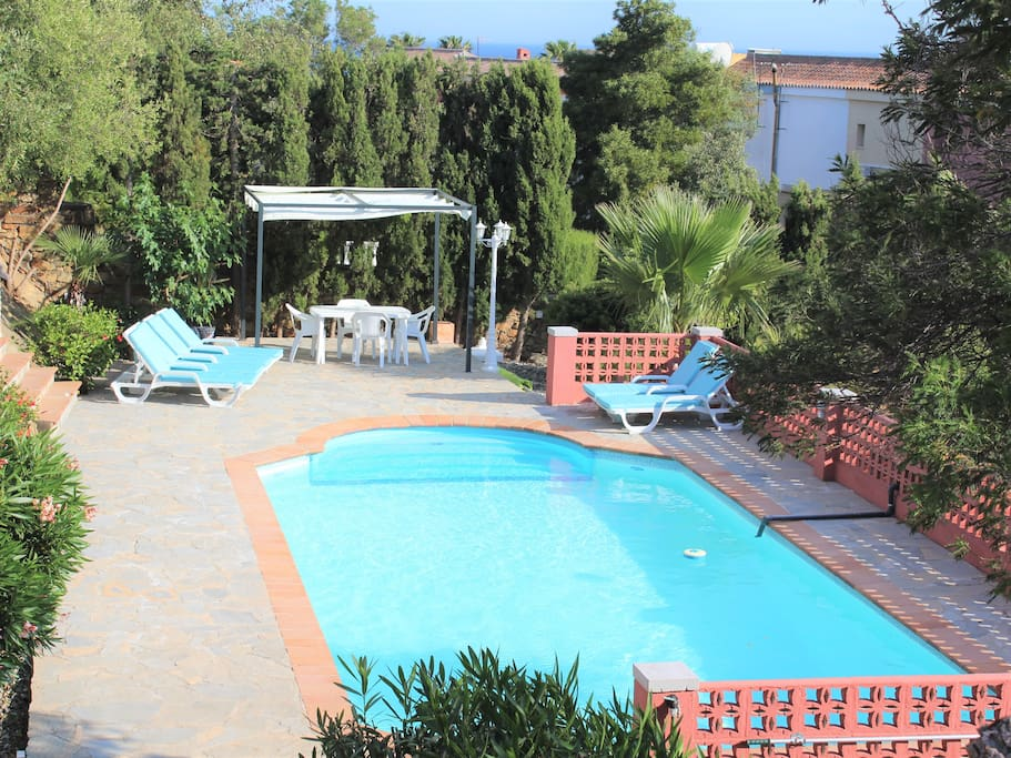 Pool - with 6 Sun Loungers