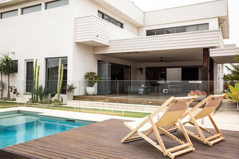 Beachside House with Pool in Windang