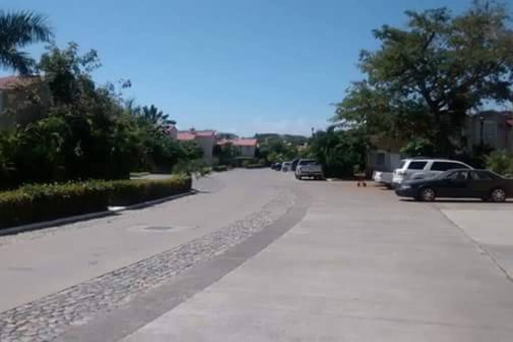 Tranquilo fraccionamiento a sólo 5 minutos de la playa y  de la zona hotelera de Ixtapa.