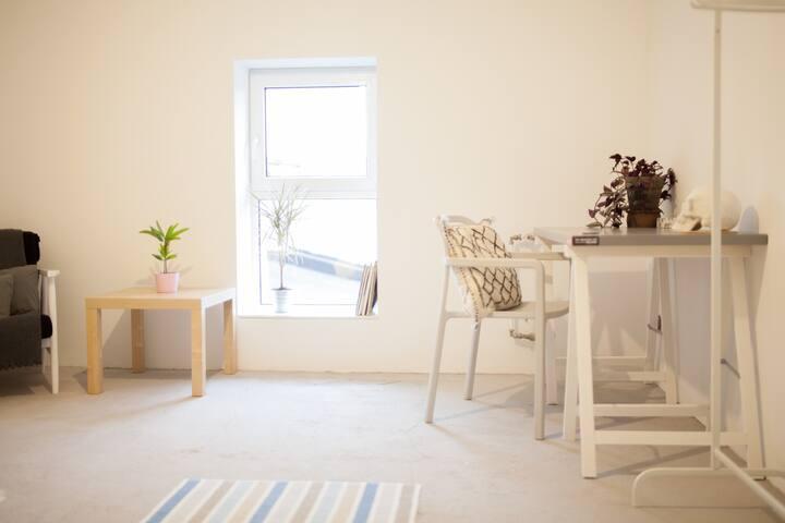 Cichy pokój w słonecznym apartamencie.
