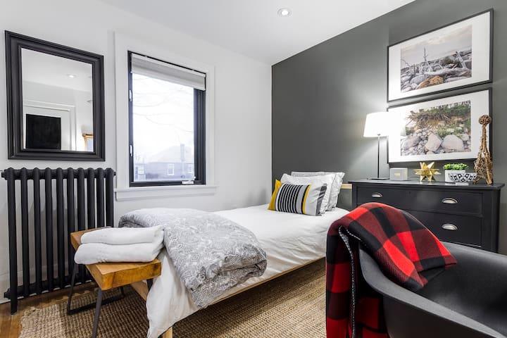 Private Room-Danforth/Broadview area & garden view