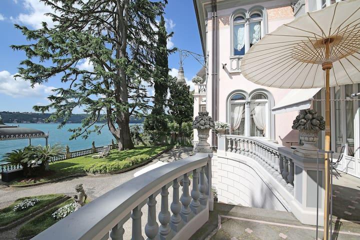 Lakefront historical Villa in Salò - Salò - วิลล่า