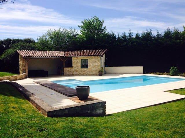 Maison familiale avec piscine et grand jardin - Iteuil - Vakantiewoning