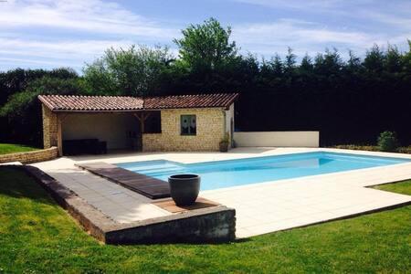 Maison familiale avec piscine et grand jardin - Iteuil - 度假屋