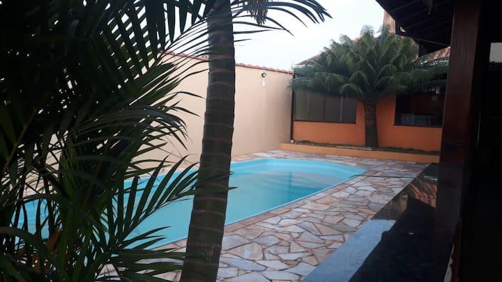 Casa ampla com 2 quartos e piscina cercada.