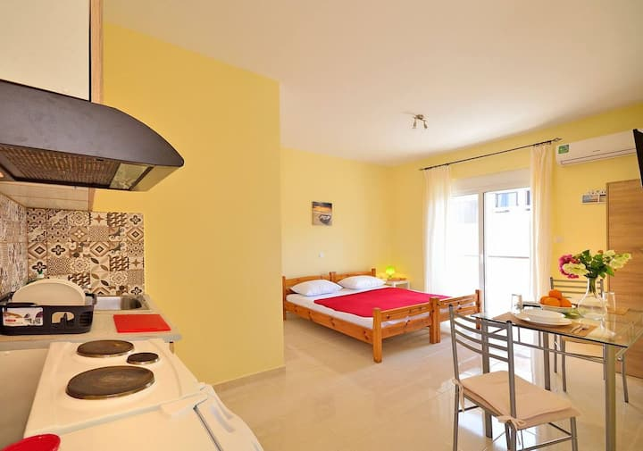 Studio 1 in the ♥ of City w Balcony, 3min to beach