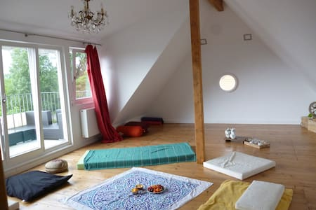 Lovely top floor room with private balcony - Konstanz - Appartamento