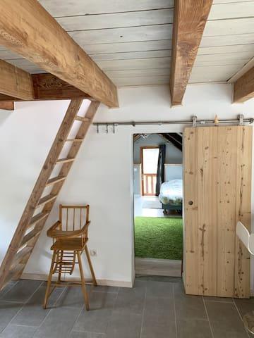 Le Snug : Accès à une grande chambre avec 4 lits simples et balcon avec vue sur les montagnes