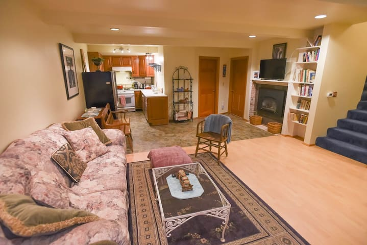 Rare Find-Lg Immaculate Private Apt-Park Setting