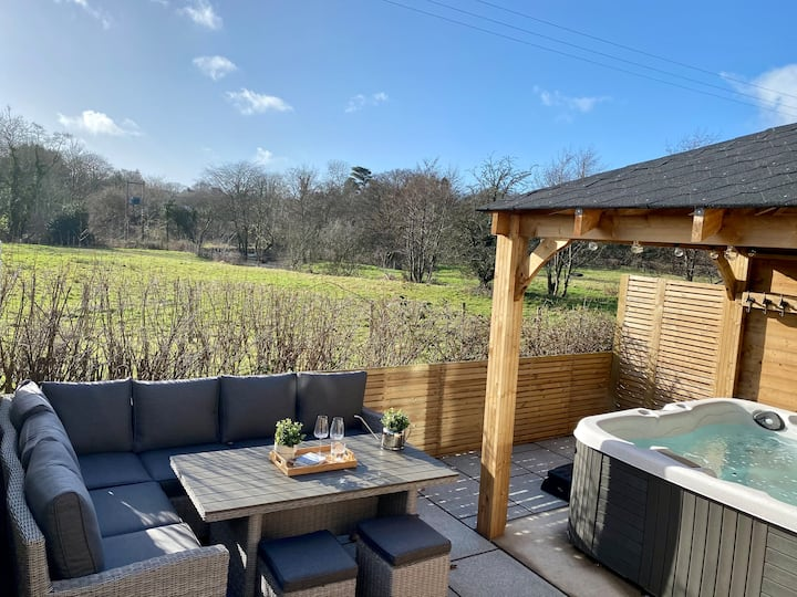5* Teapot Cottage - Eclectic & cosy with hot tub