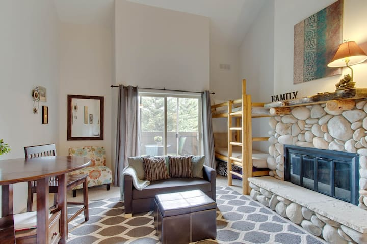 Lovely studio w/shared pool, hot tub, tennis - easy lift access