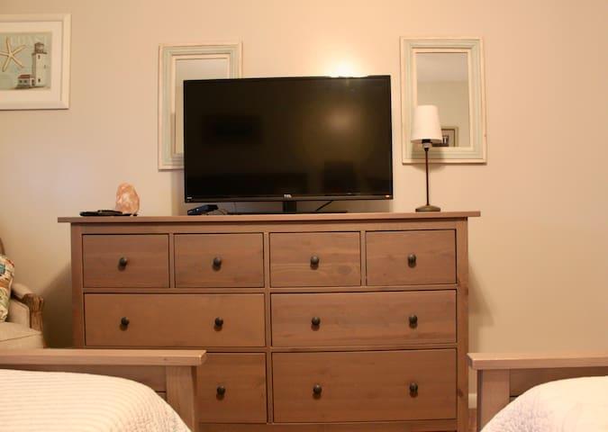"39"" flat screen tv and 8 drawer dresser"