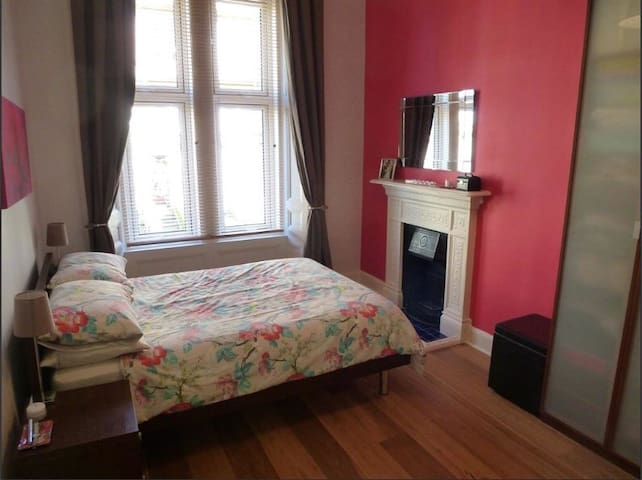 Bright & spacious private bedroom close to city