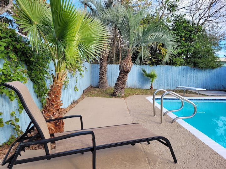 Private Poolside Retreat / Great Location.