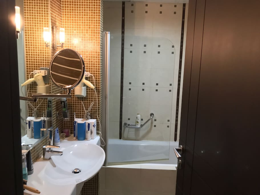 Small bathroom - shower hot & cold 24/7 - hair dryer