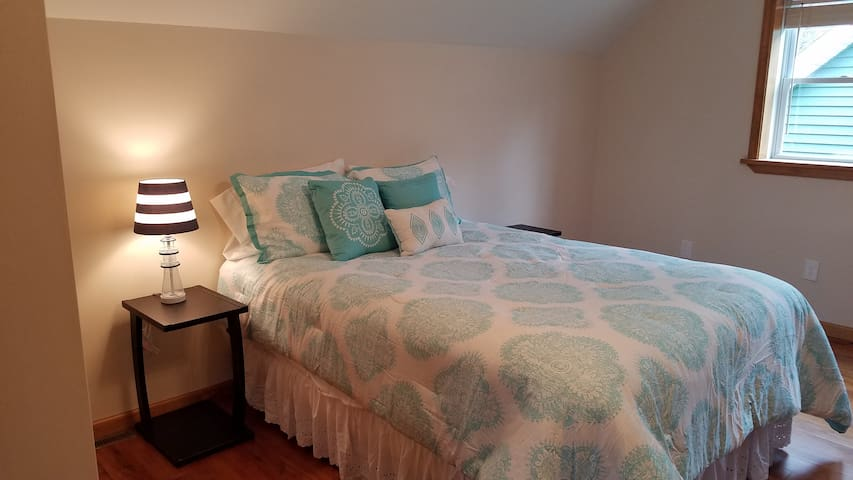 Family bedroom - 2nd floor - with 1 Queen bed and 2 twin beds
