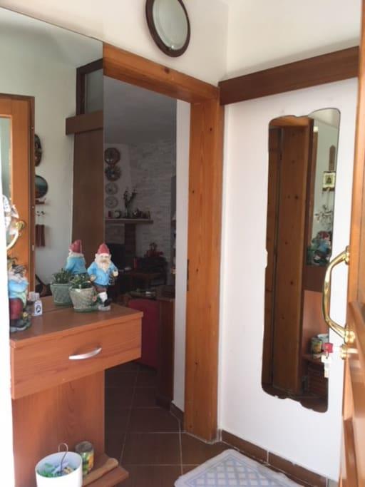 L'entrata verso il salotto e a sinistra la stanza da letto (è coperta dalla porta)