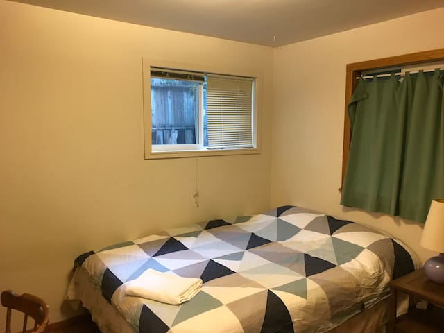 Queen bed near downtown Redmond