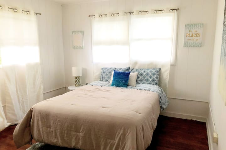Airy Room: Heavenly Bed  Walk to Ala Moana Beach