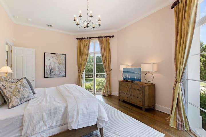 Additional First Floor King Master Bedroom En Suite Bathroom