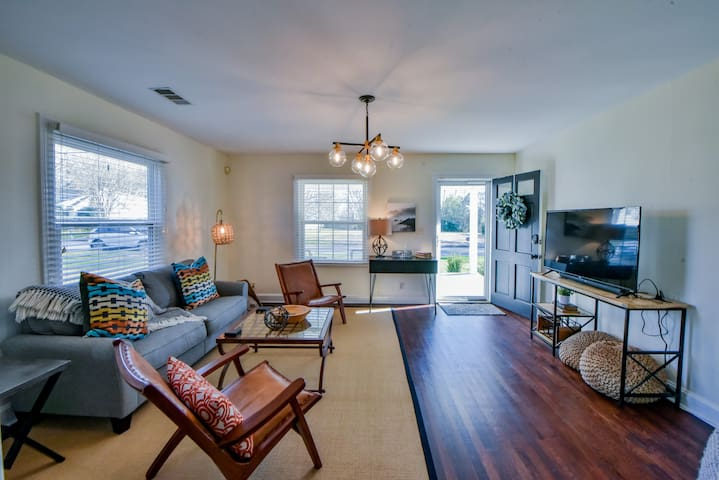 40% DISCOUNT - GAMEDAY CHARMER~3 BR~2 Bath~NEAR EVERYTHING