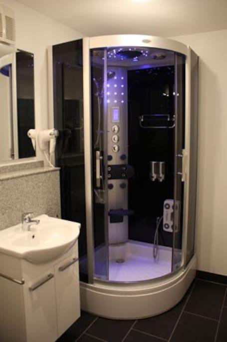 modernes Duschbad mit WC & Separates Gäste-WC
