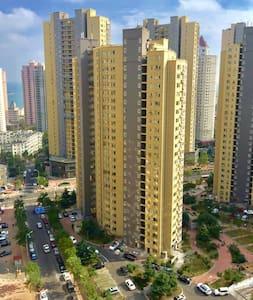 75M²温馨海景二居室tv/wifi/浴室厨具齐备,紧靠栈桥火车站 - Qingdao - Apartmen