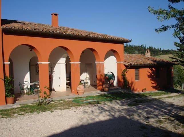 Casa in cima ad una collina nella campagna Umbra - Monte Castello di Vibio
