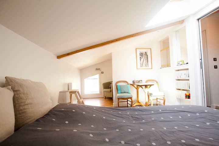 Chambre privative sous les toits dans maison