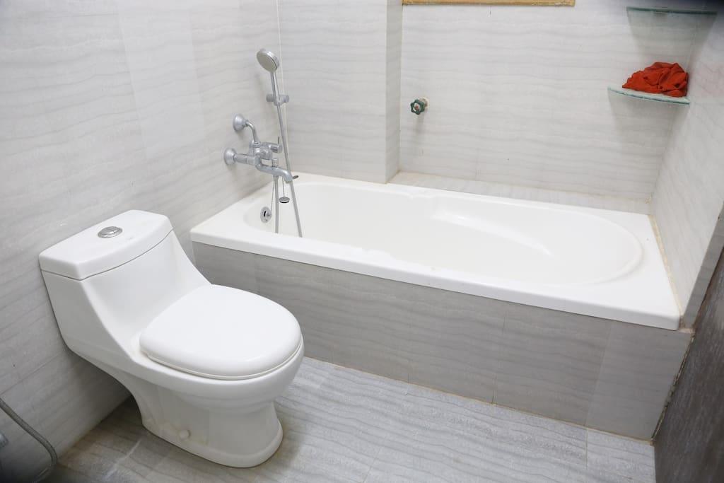 bathroom with bathing tub